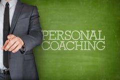 Personlig coachning på svart tavla med affärsmannen arkivbild