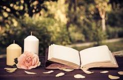 Personlig dagbok med tomma sidor och stearinljus Romantiskt begrepp En bok med tomma sidor på tabellen Arkivbilder