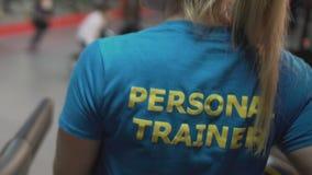 Personlig instruktör som hurrar hennes deltagare i utbildning i idrottshallen, teamwork och samarbete, service stock video