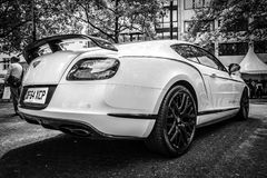 Personlig lyxig bil Bentley Continental GT, 2017 isolated rear view white Royaltyfria Foton