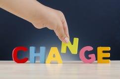 Personlig utveckling eller att ändra sig begrepp, handinnehavalfabet N för att avsluta ordet ÄNDRING arkivfoto