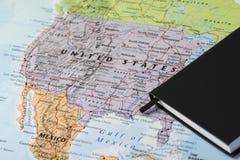 Personliga stadsplanerareanmärkningar av en handelsresande som planerar en tur till Amerikas förenta stater över en closeupöversi Arkivbild