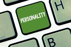 Personlighet för textteckenvisning Begreppsmässig särart för individ för form för fotokänneteckenkvaliteter royaltyfri fotografi