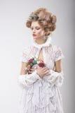 personlighet Lyxig kvinna med blommor i aftondräkt Royaltyfria Bilder