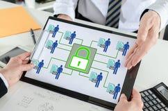 Personligt begrepp för datasäkerhet på en skrivplatta arkivfoto