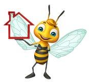 personnage de dessin animé d'abeille d'amusement avec le signe à la maison Image libre de droits