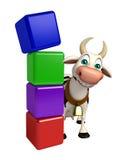 Personnage de dessin animé de vache avec le niveau Photos stock