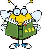 Personnage de dessin animé dodu d'abeille avec des verres lisant un livre d'ABC Photos stock