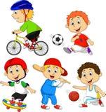 Personnage de dessin animé drôle de garçon faisant le sport Photos stock