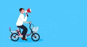 Personnage de dessin animé masculin de recyclage de vélo d'équitation de type de concept d'annonce de mégaphone de participation  illustration stock