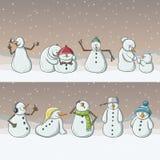 Personnages de dessin animé de bonhomme de neige, se tenant dans la rangée en chutes de neige pour Noël Photos stock