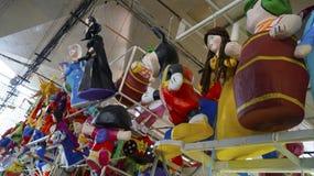 Personnages de dessin animé célèbres comme pinatas sur le marché local mexicain Photo libre de droits