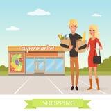 Personnages de dessin animé plats heureux de jeune homme et de femme Les gens se tenant devant le supermarché avec des sacs en pa illustration libre de droits