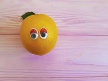 Personnalité en bois de yeux amicaux drôles oranges de bande dessinée de citron Photos libres de droits