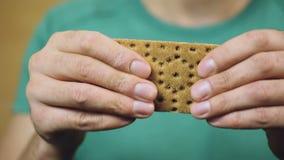 Personne à un régime gluten-gratuit, mâle mangeant un biscuit, nutrition, perte de poids banque de vidéos