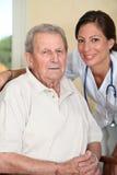 Personne âgée avec l'infirmière Image stock