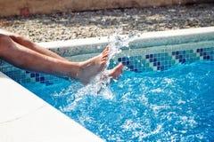 Personne éclaboussant dans la piscine image libre de droits
