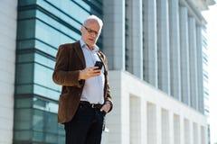 Personne adulte avec élégant gris de cheveux habillée dehors Photos libres de droits