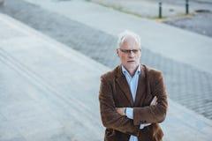 Personne adulte avec élégant gris de cheveux habillée dehors Image libre de droits