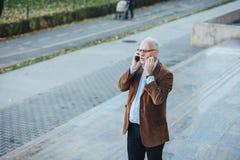 Personne adulte avec élégant gris de cheveux habillée dehors Images libres de droits