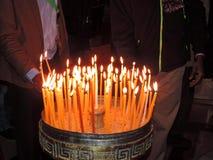 Personne allumant la bougie dans l'église de la tombe sainte, Jérusalem Image stock