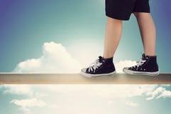 Personne avec des espadrilles équilibrées sur la balustrade Photographie stock