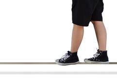 Personne avec des espadrilles équilibrées sur la balustrade Photo libre de droits