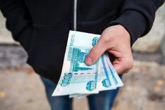 Personne avec la devise russe images libres de droits