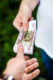 Personne avec la devise russe photo libre de droits