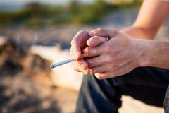 Personne avec une cigarette Photographie stock libre de droits