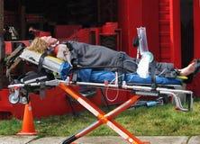 Personne blessée fictive sur la civière Image stock