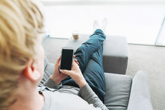 Personne détendant et à l'aide du téléphone intelligent Photos stock
