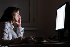 Personne d'affaires travaillant des heures supplémentaires images libres de droits