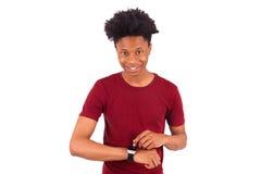 Personne d'afro-américain utilisant une montre intelligente, d'isolement sur le blanc Photographie stock libre de droits