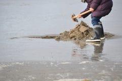 Personne dans des bottes en caoutchouc sur la plage Images libres de droits