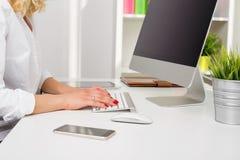 Personne dans le bureau travaillant sur l'ordinateur photographie stock libre de droits