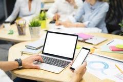 Personne dans le bureau travaillant sur l'ordinateur portable et l'ordinateur photos libres de droits