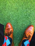 Personne dans les chaussettes colorées photo stock