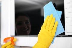 Personne dans les gants nettoyant le four à micro-ondes, Photos stock