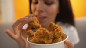 Personne donnant des ailes de poulet rôti à la fille affamée, aliments de préparation rapide gras délicieux clips vidéos