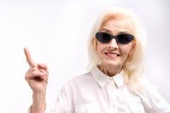 Personne féminine âgée portant les lunettes ensoleillées Photos libres de droits