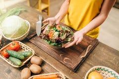 Personne féminine faisant cuire la salade, aliment biologique sain image stock