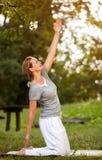 Personne féminine faisant des exercices physiques en parc Photographie stock