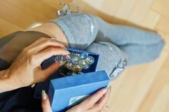 Personne féminine ouvrant un boîte-cadeau Images libres de droits