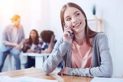 Personne féminine positive ayant l'appel téléphonique images stock