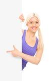 Personne féminine se dirigeant sur un panneau avec son doigt Image libre de droits