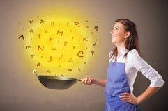 Personne faisant cuire des lettres dans le wok photos stock