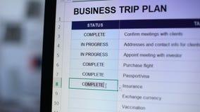 Personne faisant le statut complet à une tâche de plan de voyage d'affaires, promptitude banque de vidéos