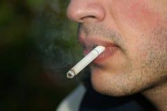 Personne fumant une cigarette Images libres de droits