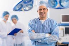 Personne médicale masculine souriant heureusement photo libre de droits